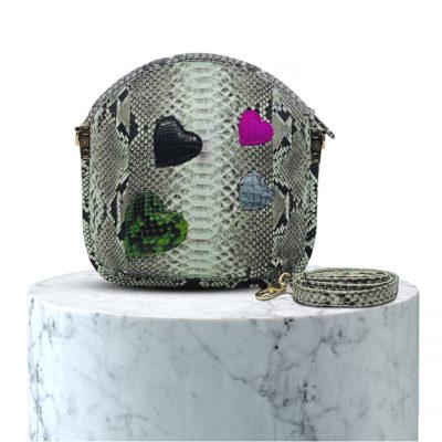 pochette en cuir de python avec des coeur
