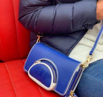 Pochette Mylène microfibre - Edition limitée  Porté à la main, à l'italienne ou à la taille  Microfibre bleu et blanche  Bandoulière bleu ajustable  Fermeture à glissière  2 compartiments dont 1 zippé pour la monnaie  8 emplacements de cartes  2 emplacements de billets  Intérieur en velours blanc  1 poche plaquée  1 poche zippé - Largeur: 19 cm Profondeur: 3 cm Hauteur: 9 cm - Prix : CHF208.00 - 👩🏻: @kimii_kamoo #fashionstyle #handtasche #accessories #fashionblogger #instastyle #instafashion #tasche #ledertasche #outfitideas #handbag #schweiz #summerbag #switzerland #womenwithclass #womenaccessories #womenbag #milano #london #praha #paris #munich #lynejuline #womanclutch #pristina #lisboa - November 20, 2019