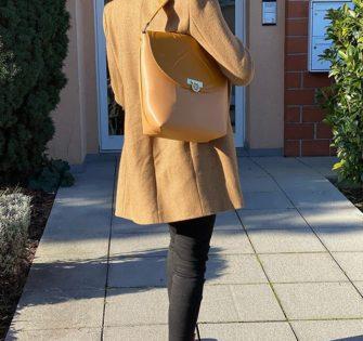 Sac Laurence Sahara  Edition limitée à 100 pièces.  Porté épaule.  Cuir de vache lisse camel foncé et camel clair.  Fermeture avec le fermoir Lyne Juline en métal.  Doublure en velours camel foncé.  Cinq poches intérieures (une zippée et quatre plaquées). Une poche plaquée au dos. - #lynejuline #styleoftheday #handbag #frenchgirl #bagaddict #editionlimitee #leatherbag #womanbag #handtasche #fashionbag #itbag #independantwoman #womanwithclass #beunique #instabag #womanaccessories - February 19, 2020