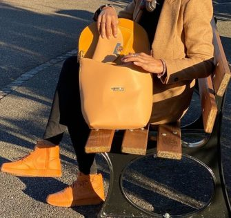 Sac Laurence Sahara  Edition limitée à 100 pièces.  Porté épaule.  Cuir de vache lisse camel foncé et camel clair.  Fermeture avec le fermoir Lyne Juline en métal.  Doublure en velours camel foncé.  Cinq poches intérieures (une zippée et quatre plaquées). Une poche plaquée au dos. - #lynejuline #styleoftheday #handbag #frenchgirl #bagaddict #editionlimitee #leatherbag #womanbag #handtasche #fashionbag #itbag #independantwoman #womanwithclass #beunique #instabag #womanaccessories #beyou - February 19, 2020